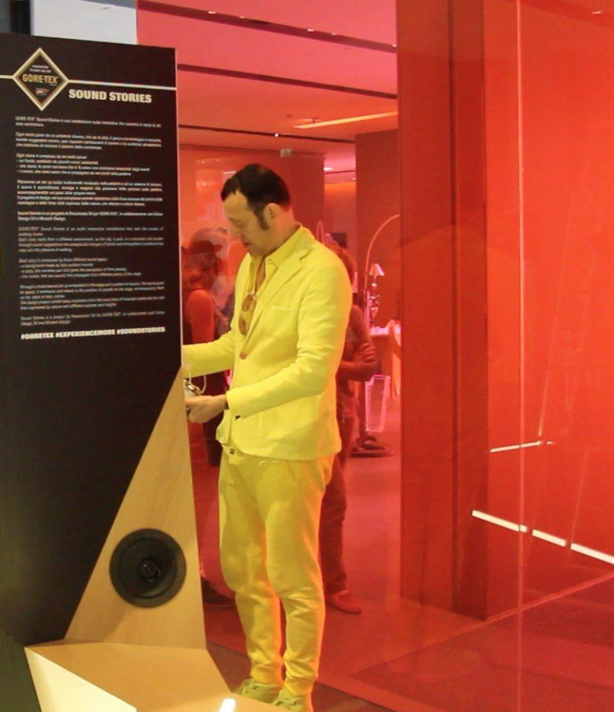 Karim Rashid visita l'installazione GORE-TEX